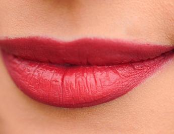 Tymi kosmetykami poprawisz wygląd twarzy i ust