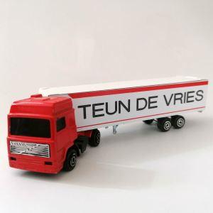 Grote retro vrachtwagen met naam