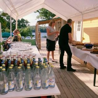 Mat på buffé utanför Sjölyckans båthus