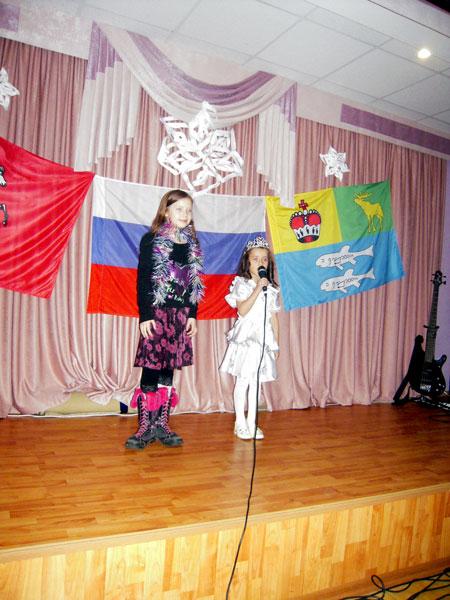 Алиса и Диана читают Новогодние стихотворения.