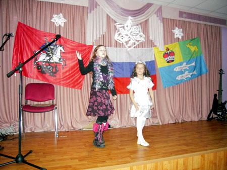Весёлый танец ранеток танцуют Алиса и Диана.