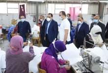 Photo of رئيس الوزراء يتفقد مصنعا للملابس الجاهزة يصنع الملابس الطبية والكمامات