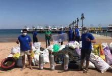 """Photo of غطاسون في"""" دهب"""" يستغلون توقف السياحة لتنظيف قاع البحر وأستخراج 7 طن مخلفات"""
