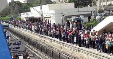 Photo of إزدحام كبير وإرتباك بالخط الأول بعد قطع الكهرباء وتوقف القطارات