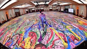 Photo of فنان بريطاني في دبي يسعى لتسجيل رقم قياسي لأكبر لوحة على القماش