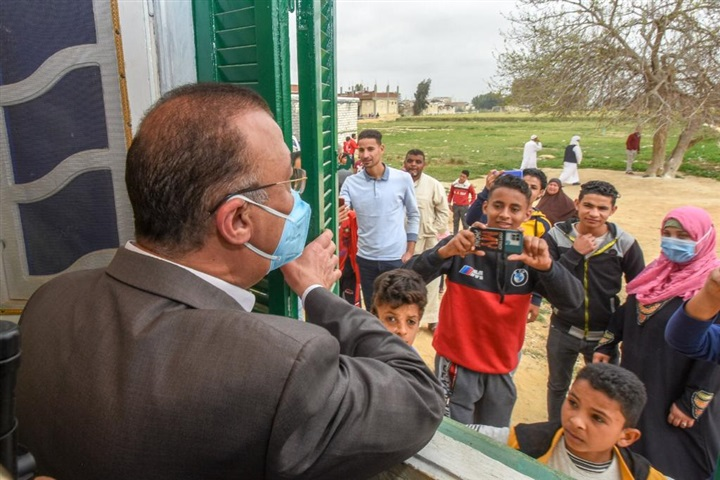 """محافظ الإسكندرية يسلم منازل قرية فلسطين للمواطنين بعد تطويرها.. ضمن مشروع """"سترة"""""""