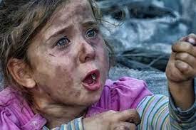 Photo of طفلة فلسطينية تلهو بصاروخ إسرائيلي أمام منزلها بغزة: «مش خايفة»