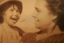 Photo of خمنوا من هذه الطفلة أم ضحكة جميلة: فنانة شهيرة ووالدتها كاتبة كبيرة
