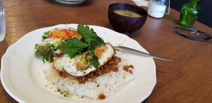 マルニカフェ 鶏肉と目玉焼きの混ぜご飯