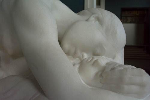 Kvinde med sovende barn