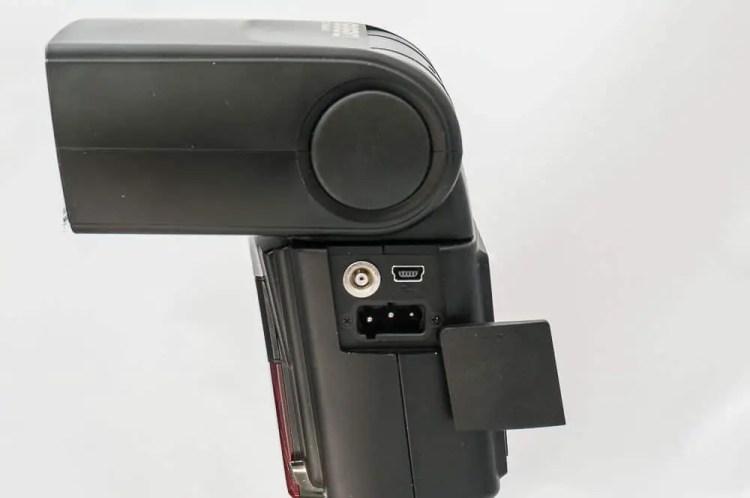 Synchronbuchse, USB-Anscluss und Anschluss für den externen Akkupack