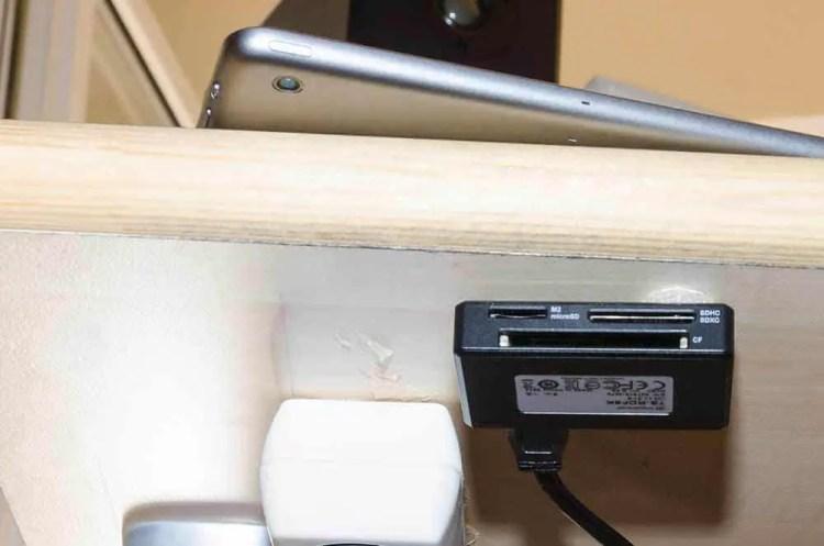 Kartenleser unter der Tischplatte