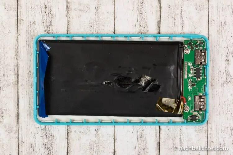 geöffnete Powerbank mit einem Lithium-Ionen Package (schwarz) und der Elektronik rechts