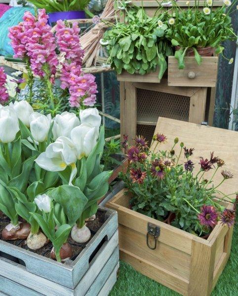 Bild: 9 - Blumentgarten gestalten mit Holzmöbel