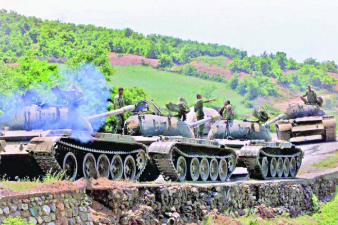 Албански војници се постројавају на путу који води према југословенској граници у близини Морине, а тешка борба вођена је између југословенских снага и трупа ОВК, 27. мај 1999., Фото: republika.rs