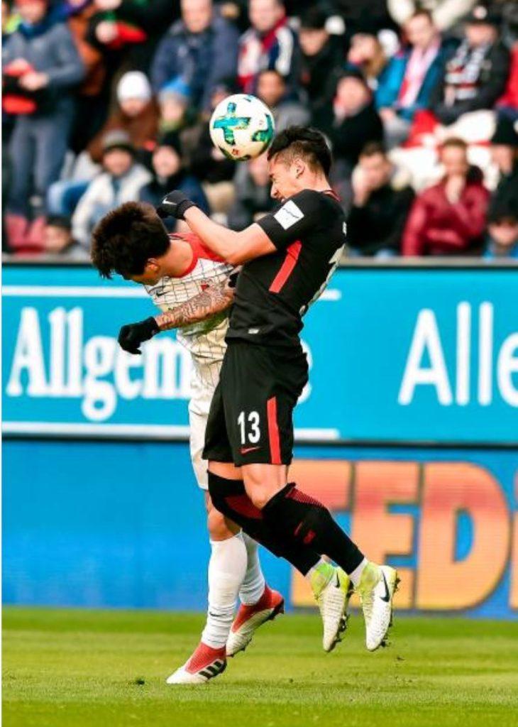 Marco Fabián regresa con derrota, tras goleada a Frankfurt DVNZQdBU8AEZSVb