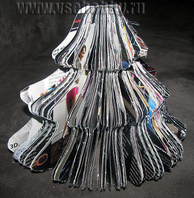 Fotografia copacului de Crăciun realizat manual dintr-o revistă inutilă