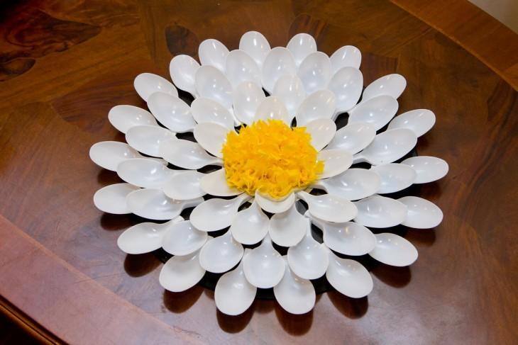 Hoa từ thìa dùng một lần bằng tay của họ