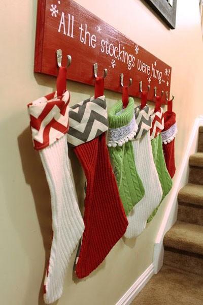 Рождественские носки на вешалке