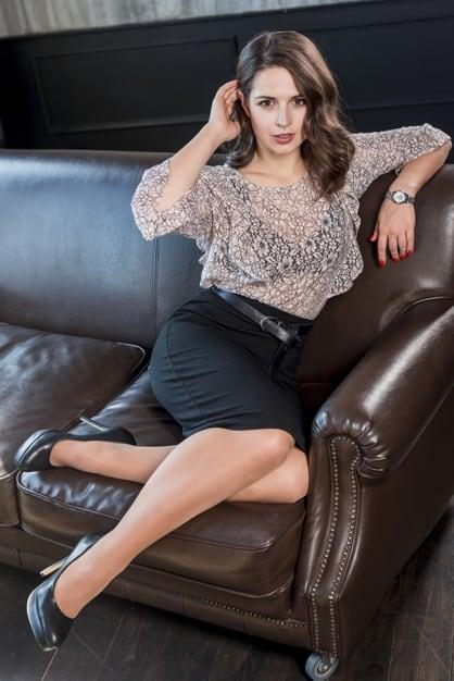 mulher com blusa transparente