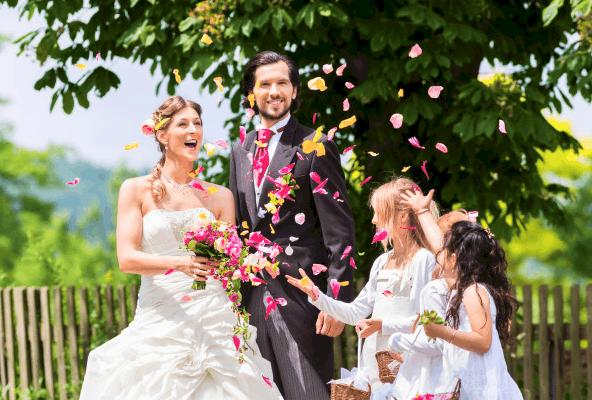 Casal de noivos e família