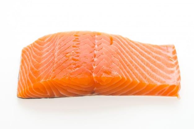 Carne crua de salmão