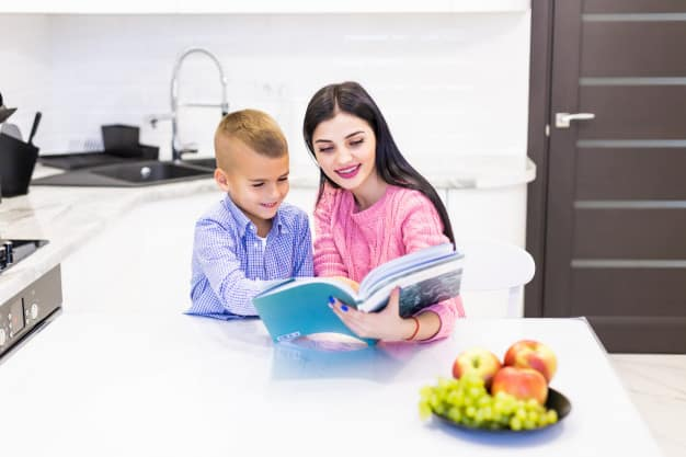 Mãe ajudando o filho a estudar