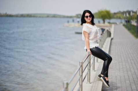 Mulher com calça de couro