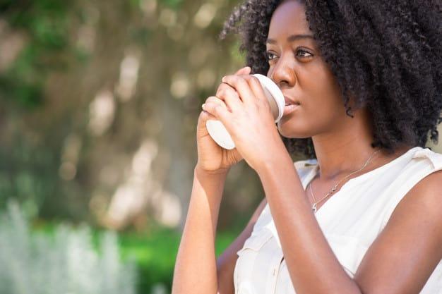 mulher bebendo energetico