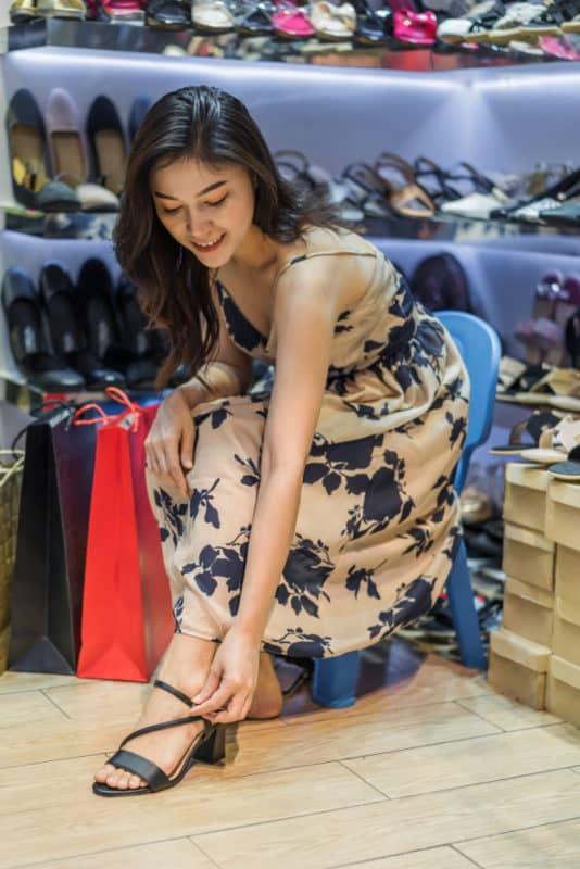 mulher calçando a sandalia