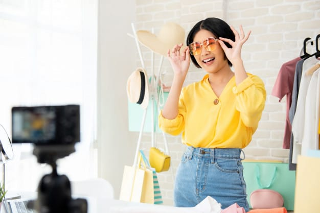 mulher experimentando óculos