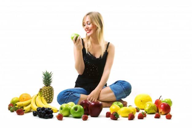 mulher com frutas