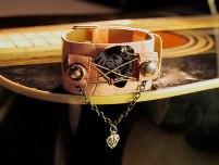 Upcycling Armband mit Gitarrensaiten und Plektrum