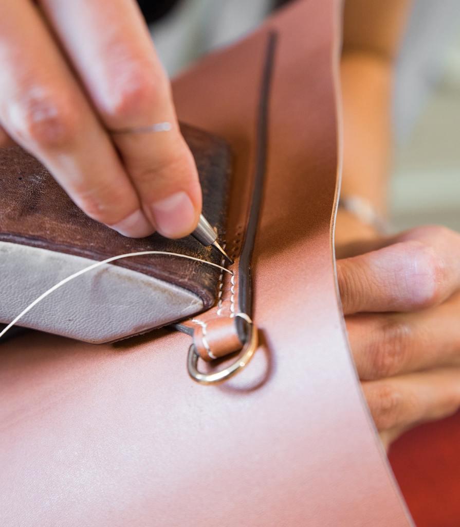 La couture main au fil de lin est indispensable pour la tenue et la qualité des pièces.