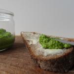 Spinat Mandel Pesto auf Brot