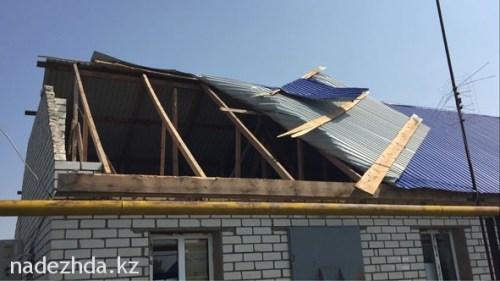Всего в селах Жайык и Новенький пострадали кровли свыше 30 домов. Районными властями создана комиссия по оценке ущерба.