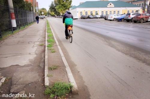 Бессмысленный двойной ряд бордюров по ул.Ескалиева, сзади областного акимата.//