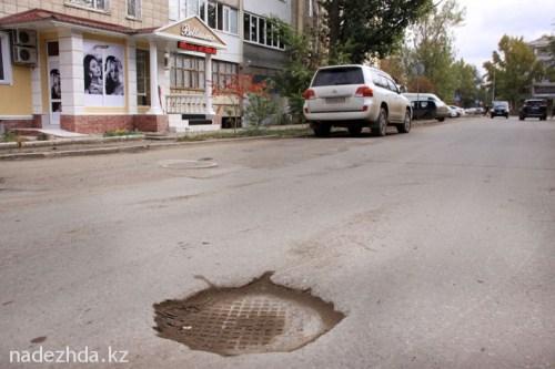 Уже ставший традицией подход наших строителей к оформлению канализационных люков. Такая яма может за секунду нанести колоссальный ущерб для авто.//