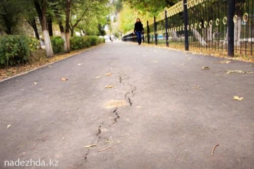 Потрескавшийся асфальт на тротуаре перед СОШ №7, который положили в нынешнем году.//