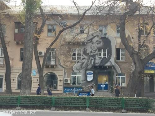 Советскую пятиэтажку недалеко от Белого дома «оживили» граффити.//