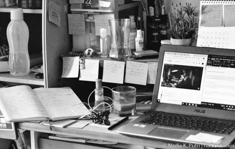 Inilah penampakan meja belajar saya di rumah, Bekasi, 16 April 2020. Meja belajar ini dipakai sejak SMA (sekitar tahun 2012) sampai sekarang. Masih awet kan? Foto: Nadia K. Putri - nadiakhadijah.com