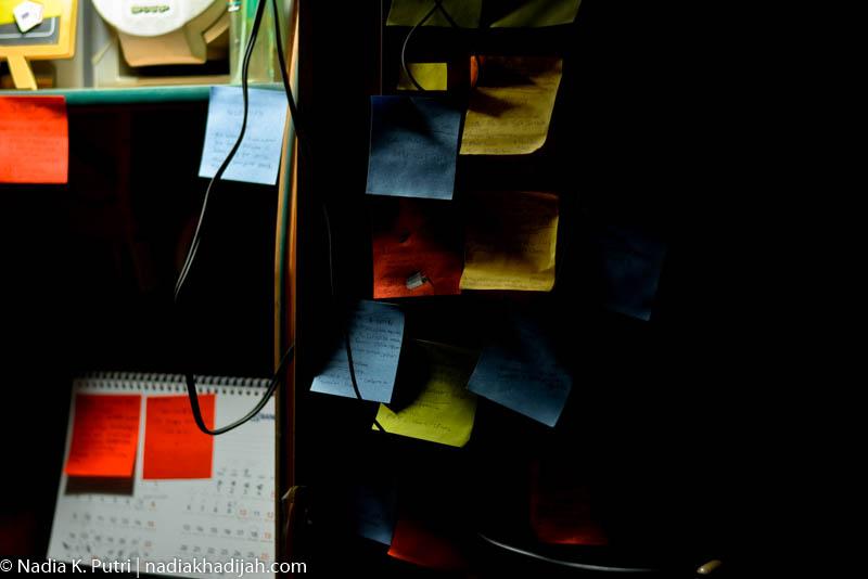 Sticky notes di lemari belajar, Bekasi, 31 Maret 2020. Sticky notes ini biasa saya gunakan untuk ceklis tugas, catat ide, daftar wishlist, atau sekedar coret-coret tes pulpen. Foto: Nadia K. Putri - nadiakhadijah.com