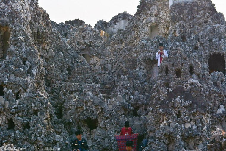 Pengunjung berada di tepi goa, Goa Sunyaragi, Cirebon, Jawa Barat (12/8/2019). Foto Nadia K. Putri