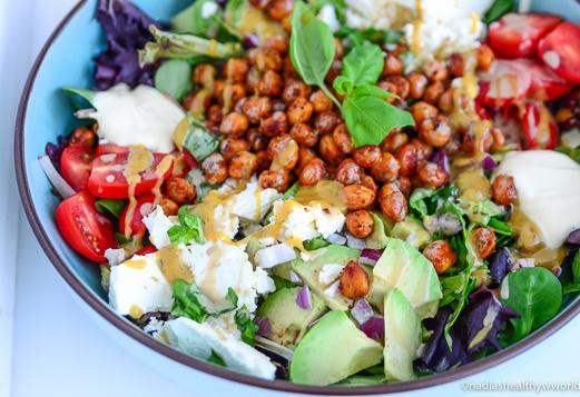Groene salade met geroosterde kikkererwten