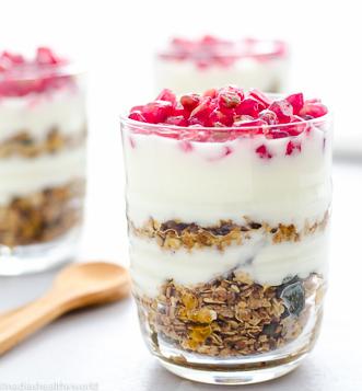 Granola met yoghurt en granaatappel