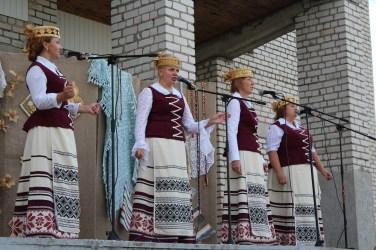 """Die Gruppe """"Zhuravinka"""" auf der Bühne"""