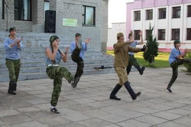 Jugendliche bieten eine Art patriotischen Breakdance dar