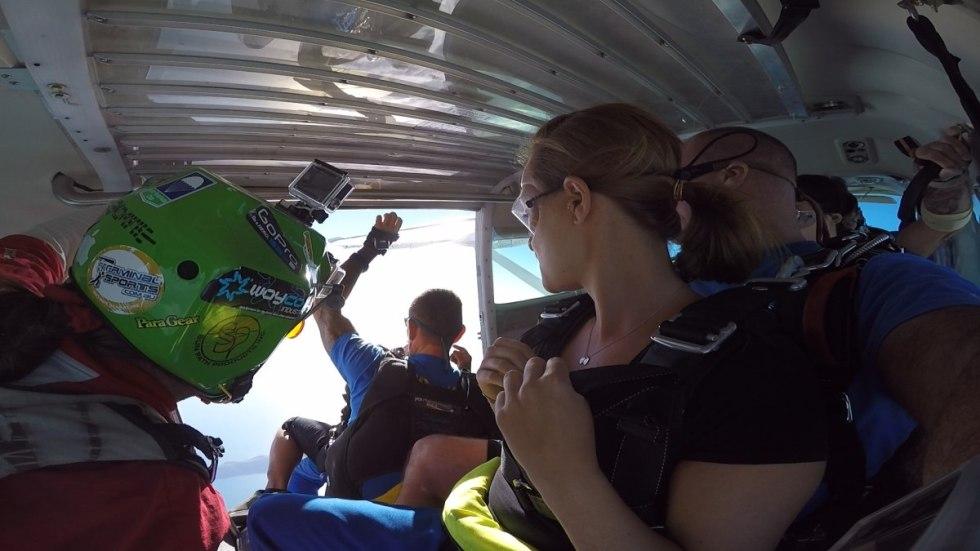 skydive Filmer macht sich bereit zum Ausstieg