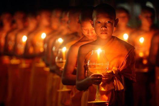 niños monjes budistas con velas