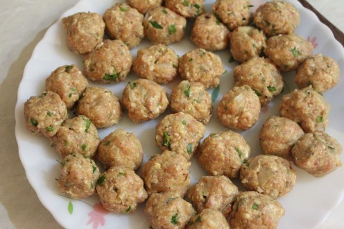Fried meat balls in creamy white sauce